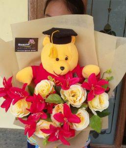bucket bunga dengan boneka